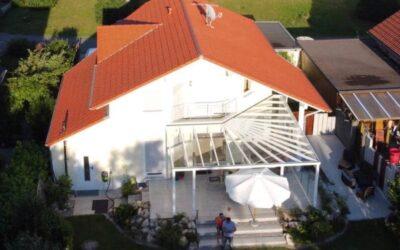 Vor 2 Jahren ein Einfamilienhaus mit einem roten Beton-Ziege…